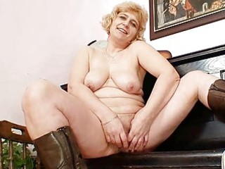 amateur older mommy widens strong muff